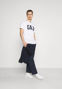 GAP - BASIC LOGO - Print T-shirt - white - 1