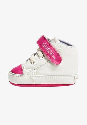 FLYNNA MIT KLETTVERSCHLUSS - Chaussures premiers pas - white