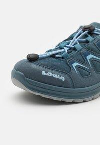 Lowa - INNOX EVO GTX JUNIOR UNISEX - Trekingové boty - jeans - 5