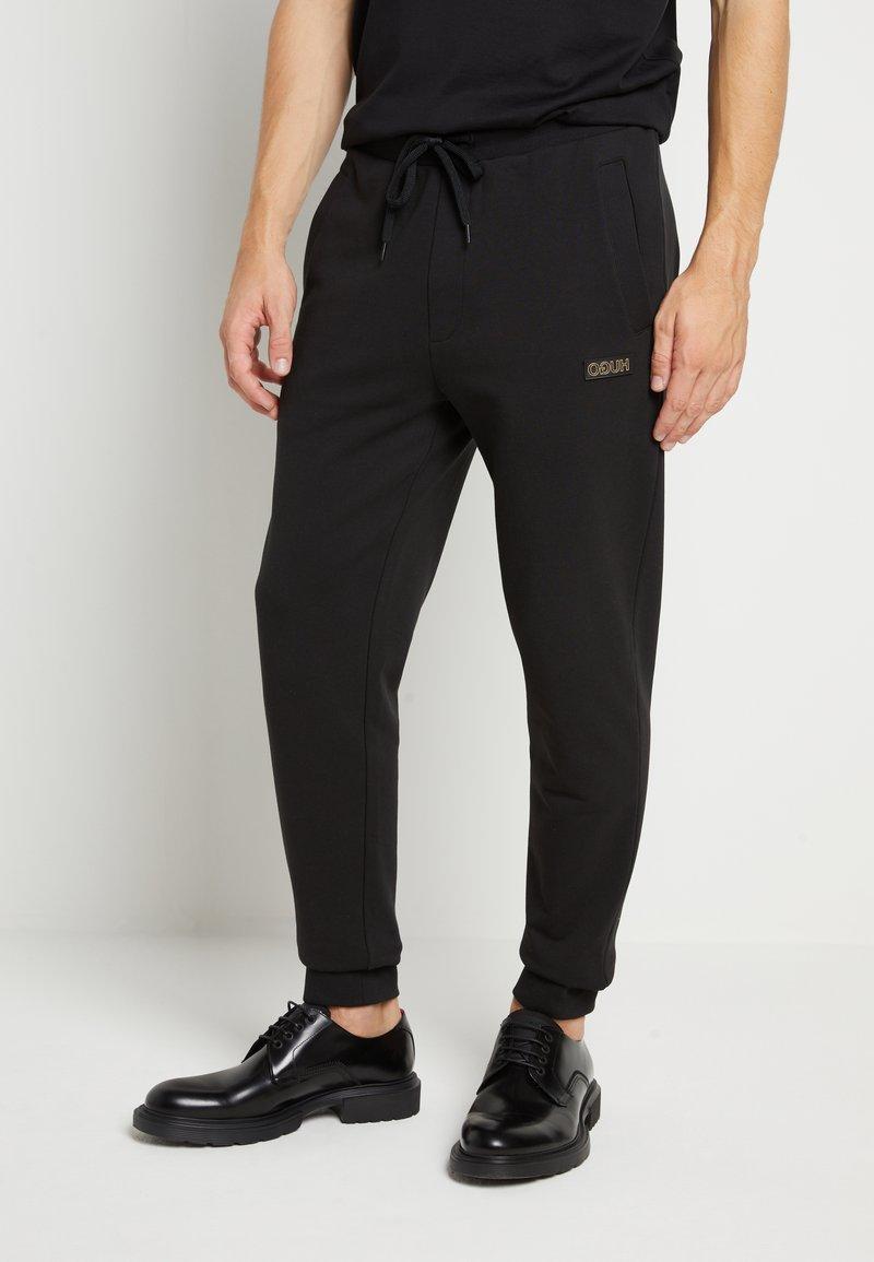 HUGO - DOAK - Teplákové kalhoty - black / gold