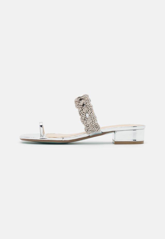 INDIE - Sandaler m/ tåsplit - silver