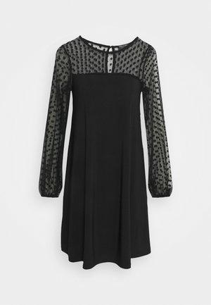 BILLIE LABEL SPOT YOKE SHIFT DRESS - Robe en jersey - black