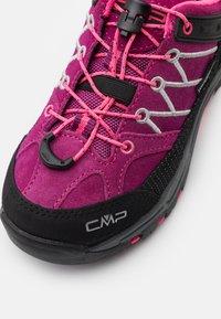 CMP - KIDS RIGEL LOW TREKKING SHOES WP - Trekingové boty - berry/pink fluo - 5