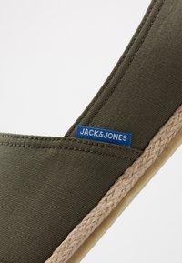 Jack & Jones - JFWESPADRILLE - Espadrilky - olive night - 5