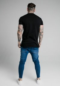 SIKSILK - EMBOSSED FITTED BOX TEE - T-shirt imprimé - black - 2