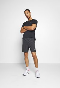 ASICS - 2-IN-1 SHORT - Pantalón corto de deporte - dark grey - 1