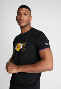 New Era - NBA GRAPHIC TEE LOS ANGELES LAKERS - T-Shirt print - black - 3