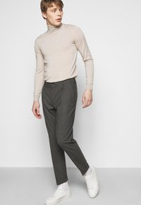 J.LINDEBERG - SASHA PLEATED PANTS - Trousers - grey melange - 3
