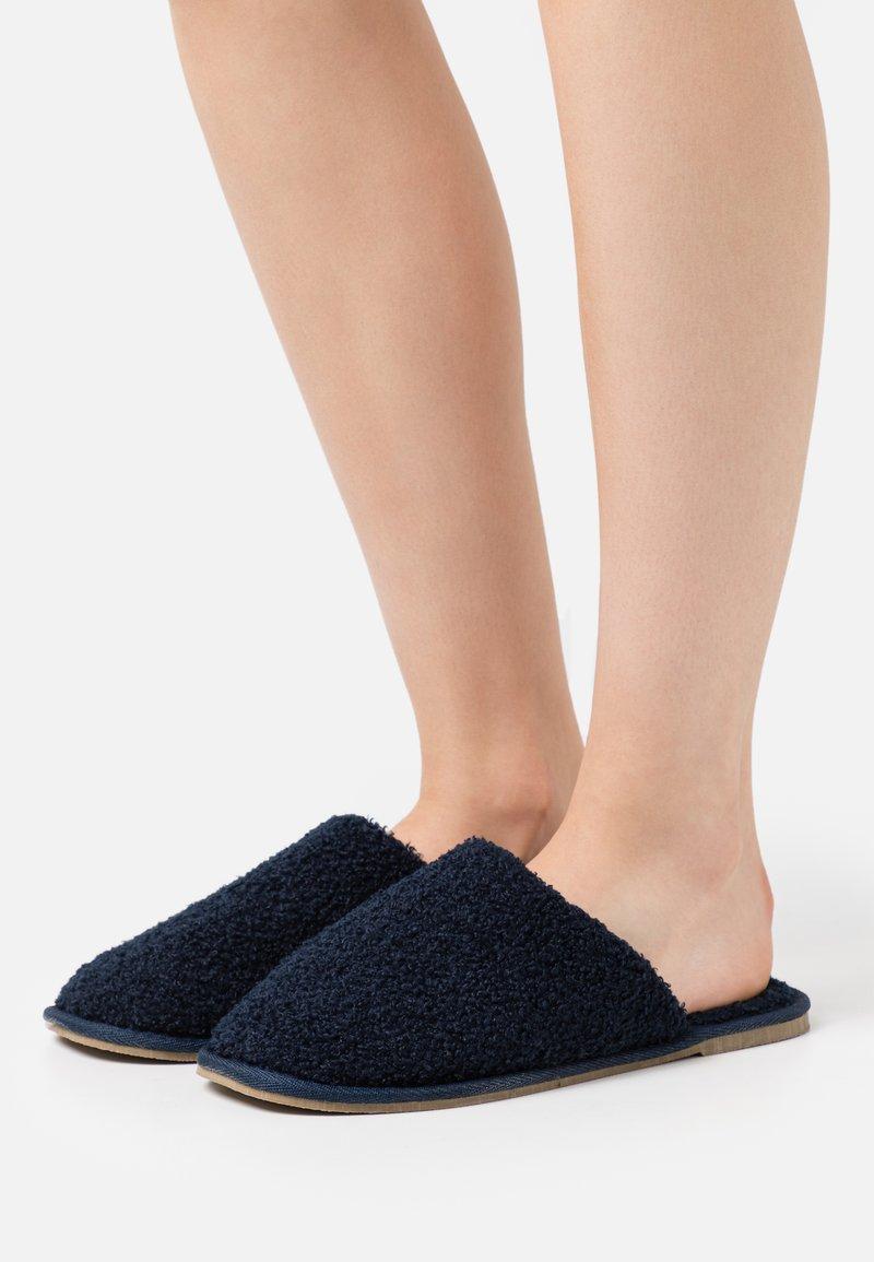 Vero Moda - VMIZA SLIPPERS - Slippers - navy blazer