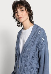 Rich & Royal - CARDIGAN CABLE - Cardigan - smoked blue - 3