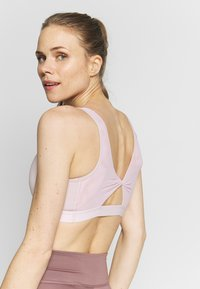 Nike Performance - FAVORITES NOVELTY BRA - Reggiseno sportivo - plum chalk/barely rose - 3