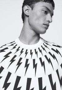 Neil Barrett - FAIRISLE THUNDERBOLT - T-shirt imprimé - white/black - 4