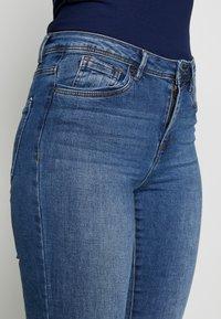 Vero Moda Tall - VMTANYA PIPING - Jeans Skinny Fit - medium blue denim - 4