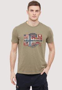 Napapijri - SEY - Print T-shirt - khaki - 0
