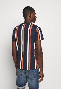 Jack & Jones - JORJERRY TEE CREW NECK  - T-shirt con stampa - navy blazer - 2