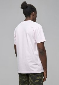 Cayler & Sons - Print T-shirt - pale pink/camo - 1