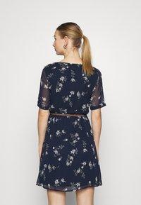 Vero Moda - VMFALLIE BELT DRESS - Denní šaty - navy blazer/newhallie - 2