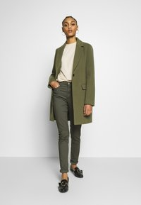Levi's® - 721 HIGH RISE SKINNY - Jeans Skinny Fit - hypersoft t2 olive night - 1
