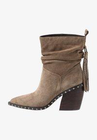 Alma en Pena - Cowboy/biker ankle boot - taupe - 1