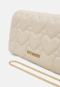 Love Moschino - HEART QUILTED CROSSBODY - Across body bag - avorio - 4