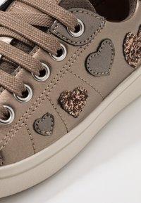 Geox - DJROCK GIRL - Sneakersy niskie - lead - 2