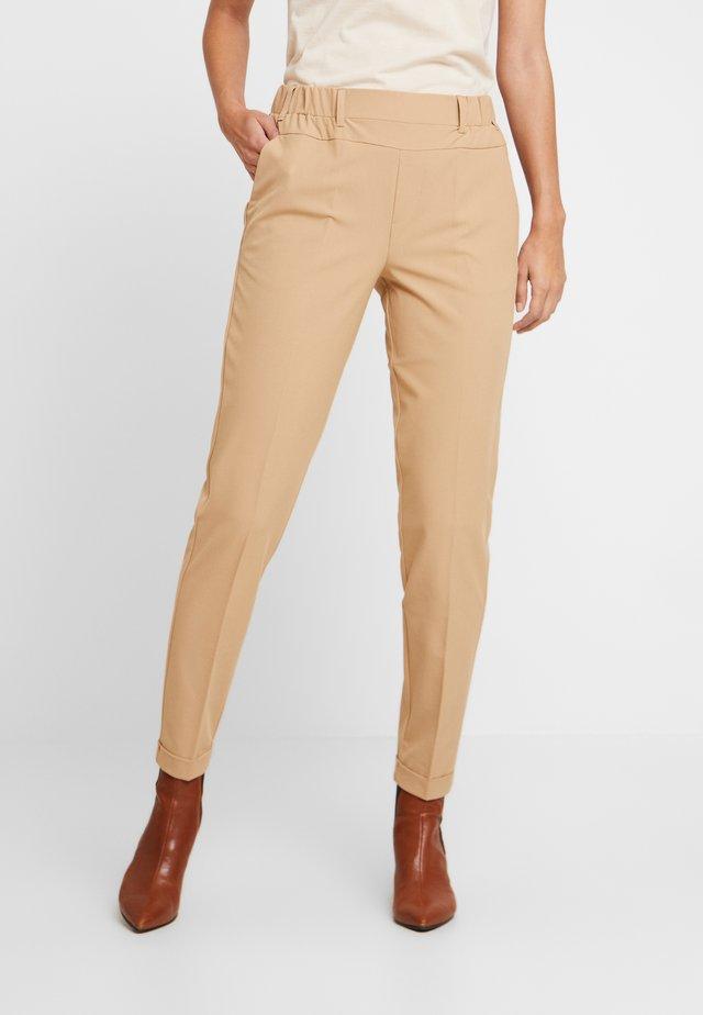 NANCI JILLIAN - Trousers - tannin