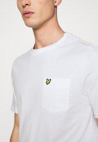 Lyle & Scott - RELAXED POCKET - T-shirt - bas - white - 5