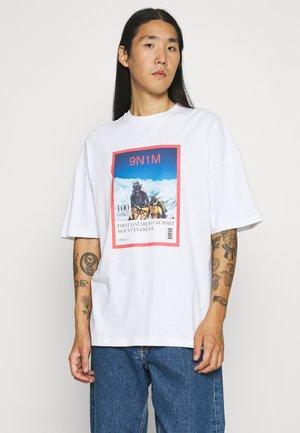 MAGAZINE UNISEX - Print T-shirt - white