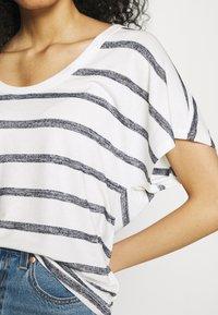 GAP - SCOOPNECK  - T-shirt z nadrukiem - white/navy - 4