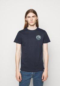 Les Deux - ASISSI - Print T-shirt - dark navy - 0
