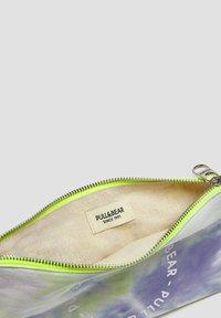 PULL&BEAR - Kosmetická taška - multi coloured - 2