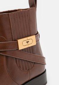Tory Burch - CHELSEA BOOTIE - Kotníkové boty - sierra almond - 5