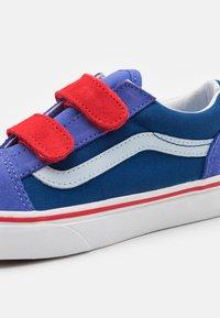 Vans - OLD SKOOL UNISEX - Trainers - baja blue/high risk red - 5