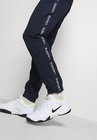 Lacoste Sport - TENNIS PANT TAPERED - Träningsbyxor - navy blue/white - 3
