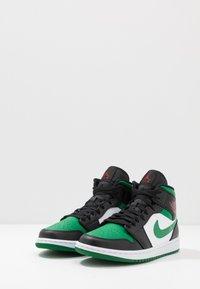 Jordan - AIR 1 MID - Korkeavartiset tennarit - black/pine green/white/gym red - 2