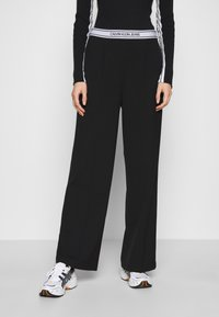 Calvin Klein Jeans - LOGO ELASTIC DRAPEY PANT - Spodnie materiałowe - black - 0