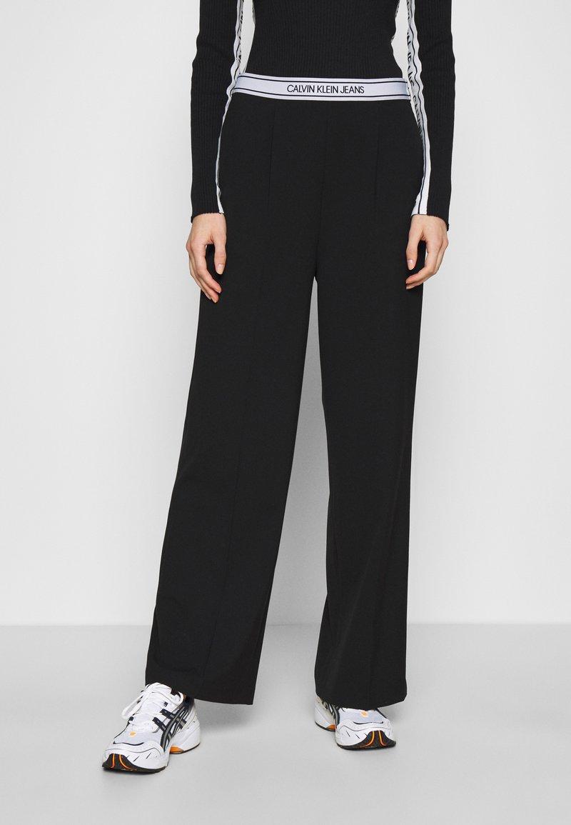 Calvin Klein Jeans - LOGO ELASTIC DRAPEY PANT - Spodnie materiałowe - black