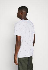 Scotch & Soda - CLASSIC CREWNECK TEE WITH ALL OVER PATTERN - T-shirt print - white - 2