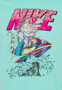 Nike Sportswear - BEACH JET SKI - Print T-shirt - tropical twist - 2