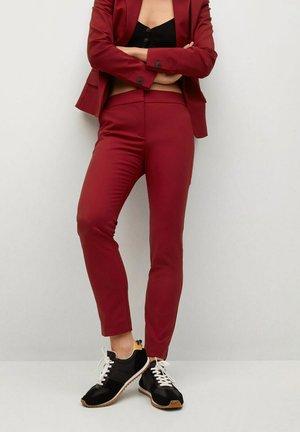 COFI - Spodnie materiałowe - donkerrood