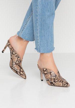 EGO CURVED CUT MULE SNAKE - Pantofle na podpatku - brown