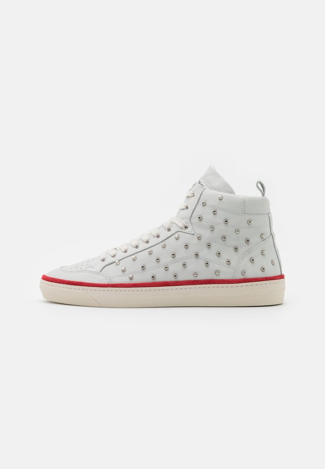 BASKETS MONTANTES AVEC STUDS - Korkeavartiset tennarit - white