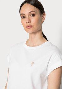 Rich & Royal - BOYFRIEND SPARKLE - Print T-shirt - white - 3