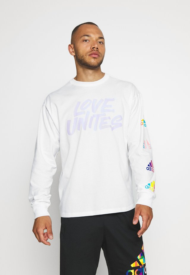 PRIDE SPORTS GRAPHIC TEE - T-shirt à manches longues - white