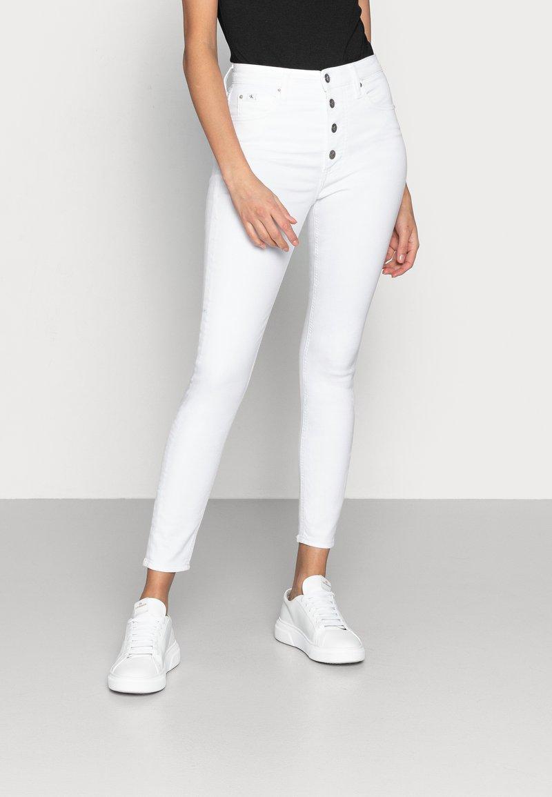 Calvin Klein Jeans - HIGH RISE SUPER SKINNY ANKLE - Skinny džíny - white