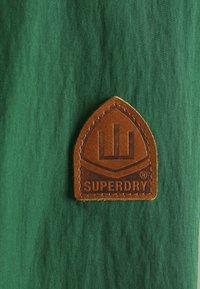 Superdry - MOUNTAIN OVERHEAD - Cortaviento - oregon green - 7