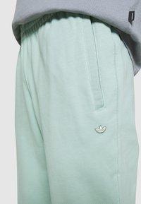 adidas Originals - PREMIUM UNISEX - Pantalon de survêtement - hazy green - 4