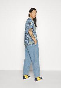 Obey Clothing - FUBAR PLEATED BULL - Straight leg jeans - light indigo - 3