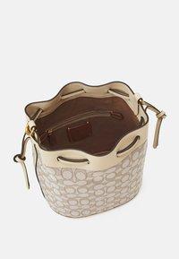 Coach - SIGNATURE FIELD BUCKET BAG - Handbag - stone ivory - 2