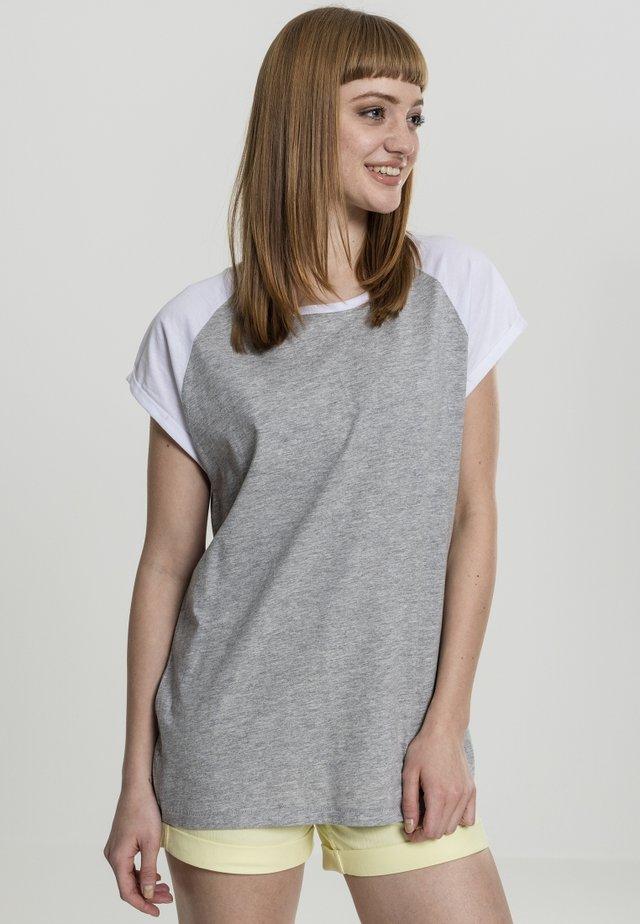 CONTRAST RAGLAN TEE - Camiseta estampada - grey/white